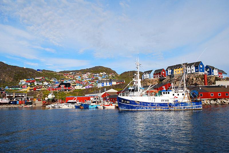 Pequeño pueblo de pescadores de Qacortoq. Groenlandia