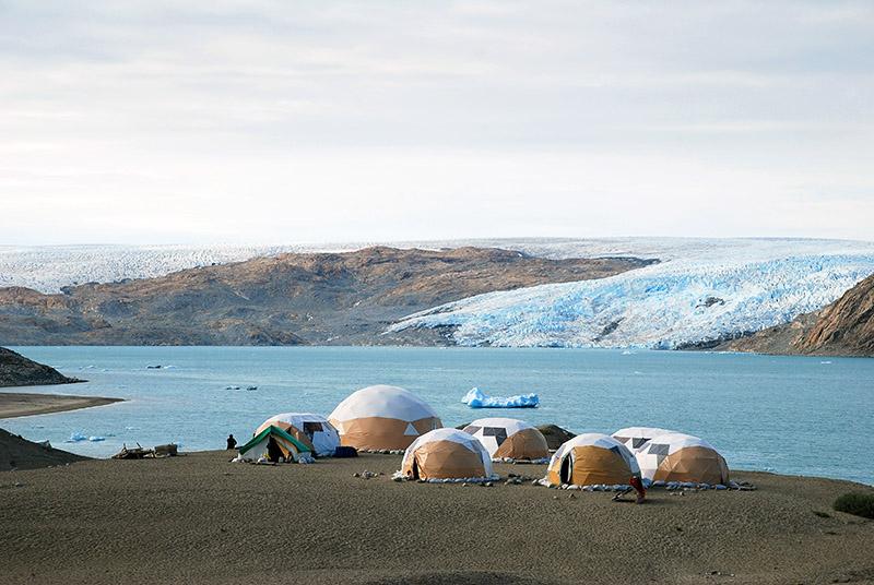 Impresionante campamento de Fletanes, en el Fiordo de Qalerallit. Groenlandia