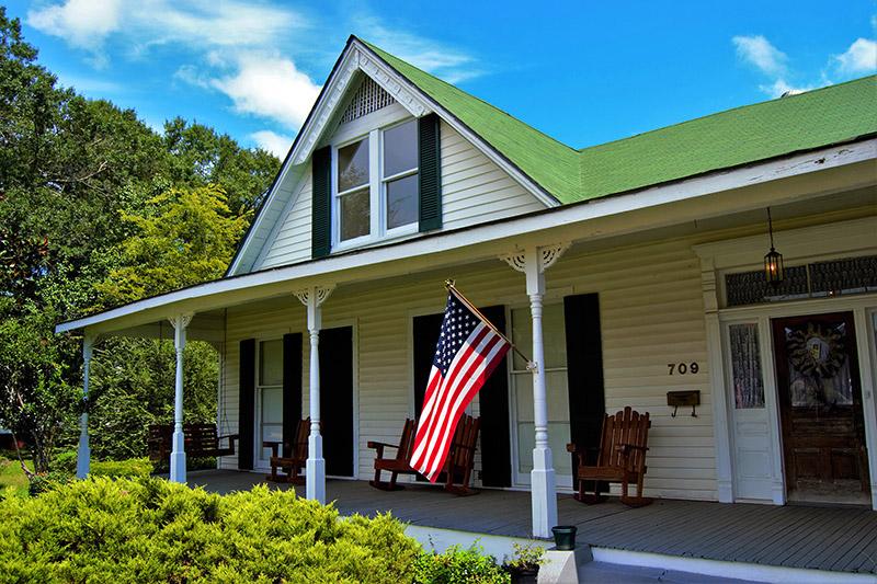 Las casas de madera con porches repletos de balancines y banderas patrióticas. Entre San Luis y Memphis