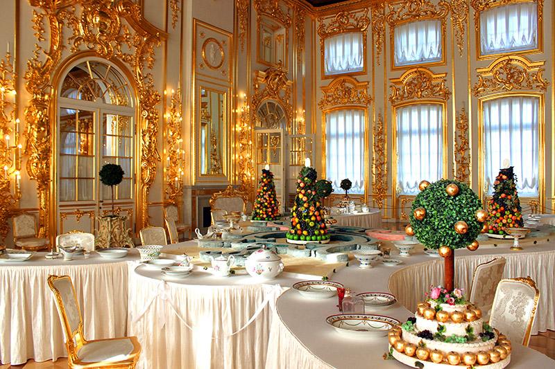 Lujosos salones en el palacio de verano de los zares. San Petersburgo