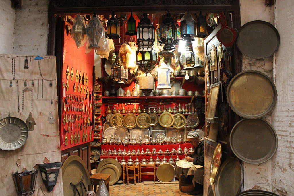 Artesano en la medina de Fez