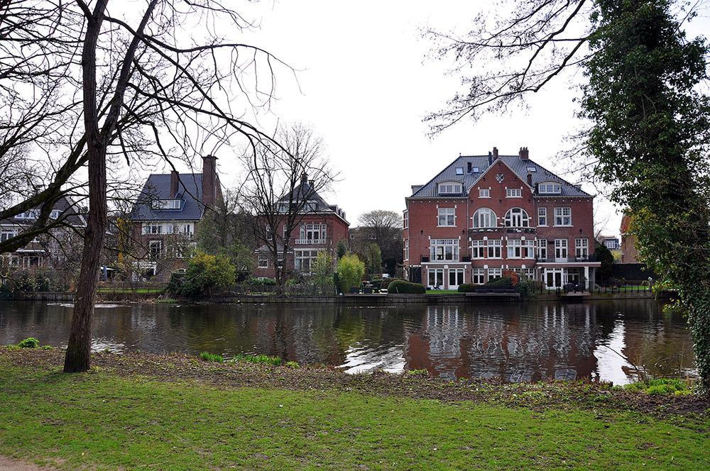 Amsterdam, El Vondekpark y las casas frente al lago