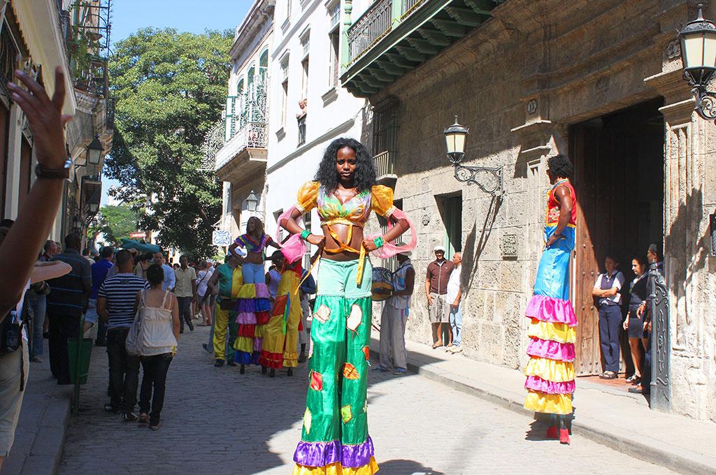 Viajar a Cuba, día festivo en La Habana, con alegres rúas de jóvenes en carnaval