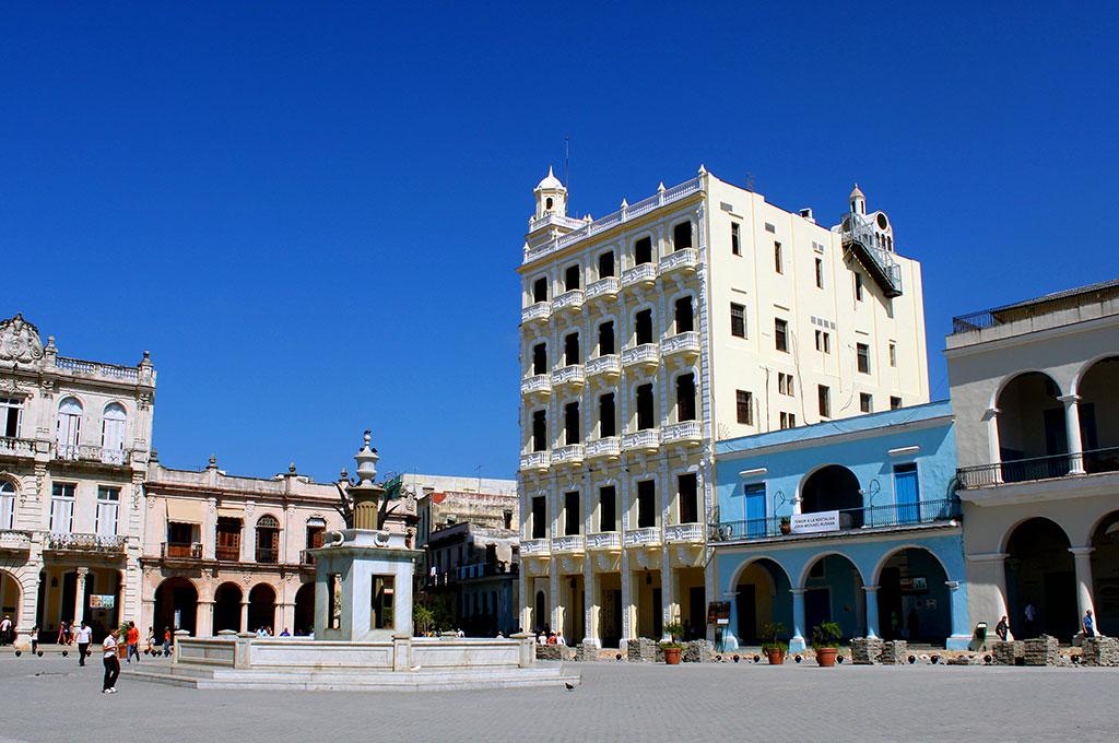 La preciosa Plaza Vieja en el casco antiguo de La Habana
