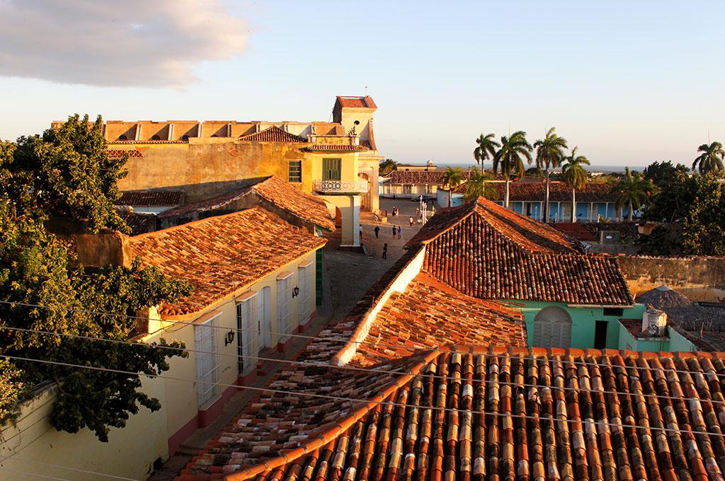 Viajar a Cuba. Plaza Mayor de Trinidad con la Iglesia de la Santísima Trinidad
