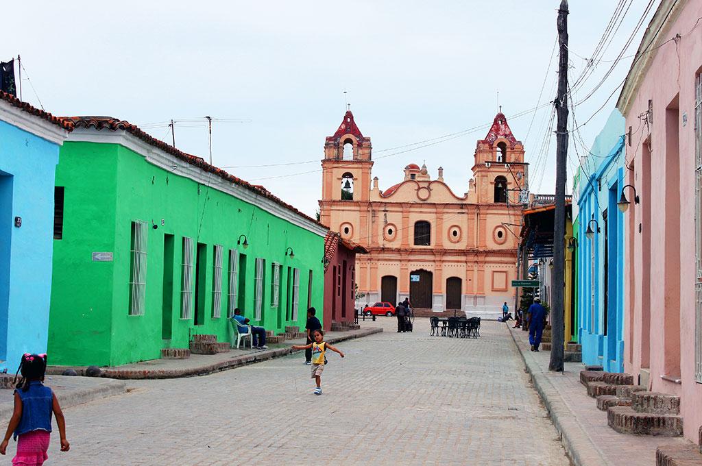 Viajar a Cuba. Una de las típicas iglesias en el centro de Camagüey