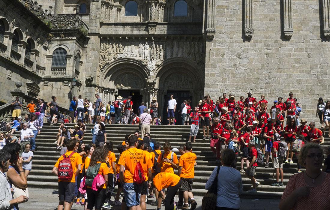 El Camino de Santiago. Llegada de peregrinos a Santiago de Compostela